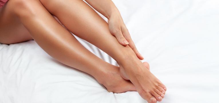 hidratar las piernas con aceite de almendras dulces